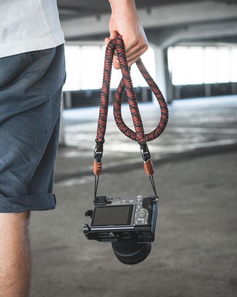 Kamera Gurt aus Paracord Seil mit Click Schnellverschluss in schwarz rot mit Leder Batch für Sony Nikon Canon DSLR Sony Alpha