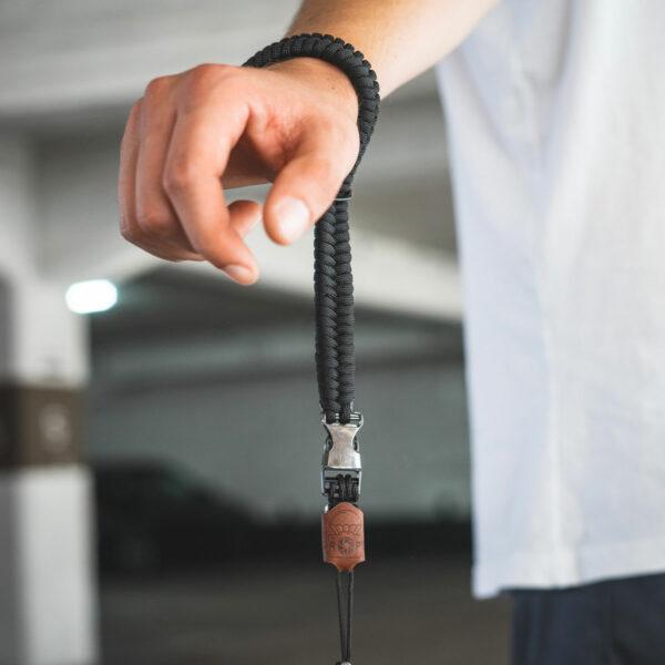 C-Rope Kamera Handschlaufe aus Paracord mit Leder Batch für DSLR, Spiegelreflex-Kameras und Systemkameras in schwarz als Closeup
